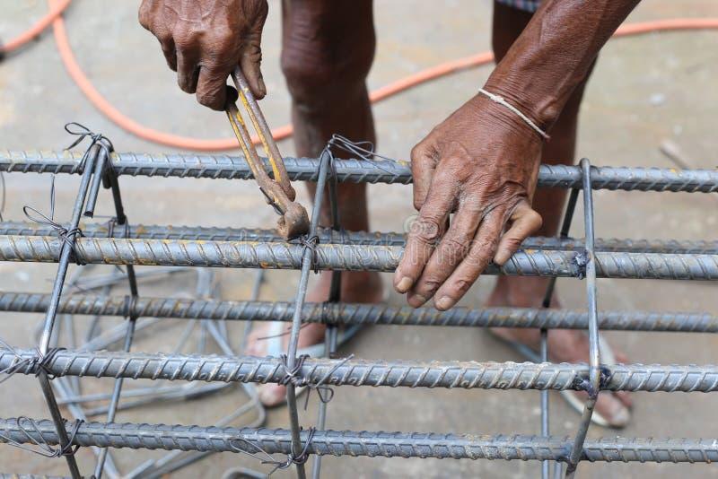 Mężczyzna pracuje na belkowatych pocięglach zdjęcie royalty free