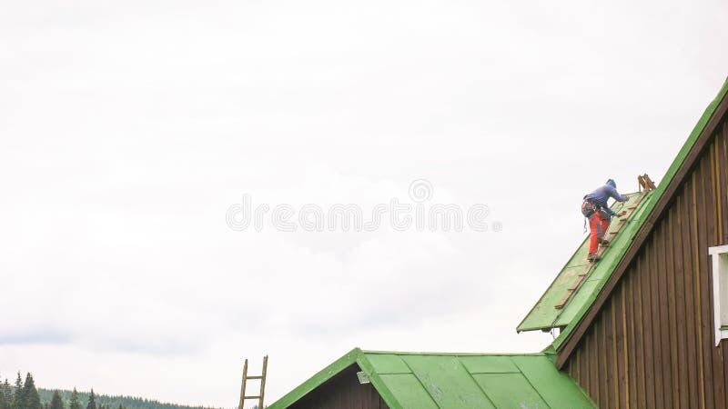 Mężczyzna Pracuje na dachu, Sandering farba fotografia royalty free