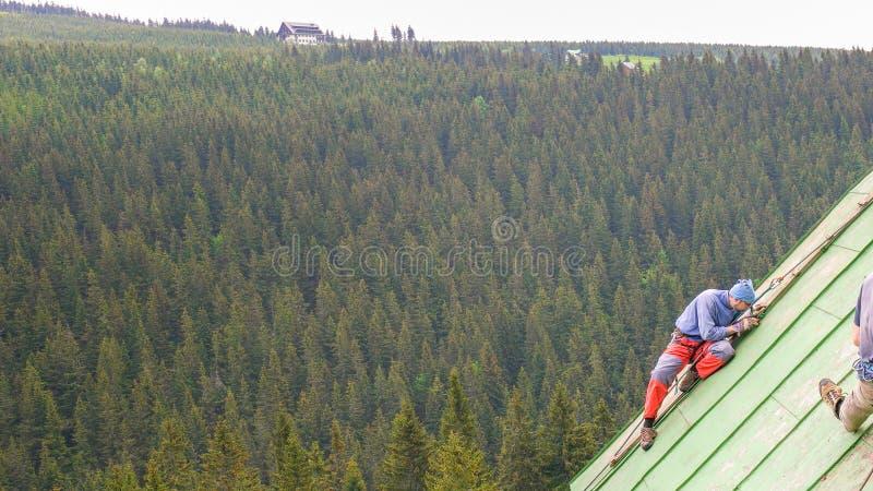 Mężczyzna Pracuje na dachu, Skroba farbę obrazy royalty free