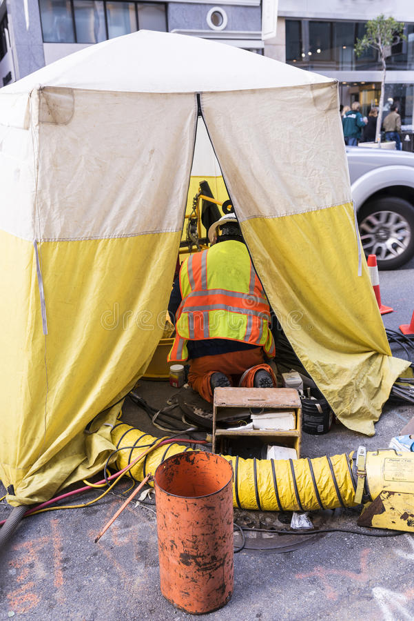 Mężczyzna pracuje na miasto ulicie w odosobnienie namiocie obraz royalty free