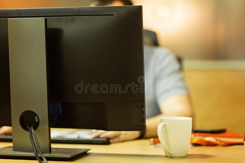 Mężczyzna pracuje w biurze Ludzie używa technologię zdjęcie stock