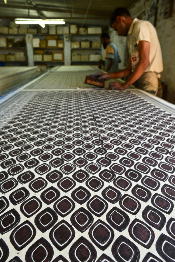 Mężczyzna pracuje w blokowego druku indygowym przemysle włókienniczym zdjęcie royalty free