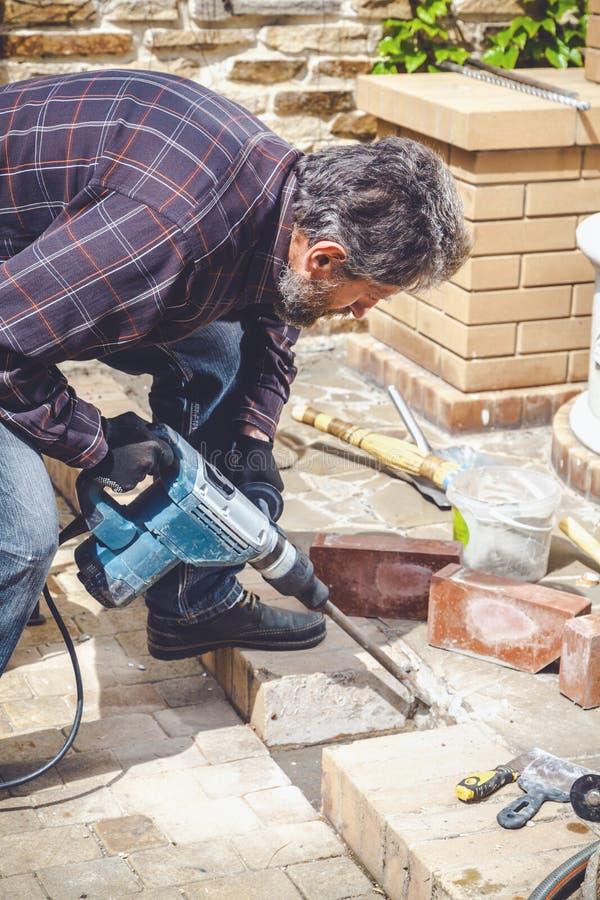 Mężczyzna pracuje w jarda puncher obraz stock