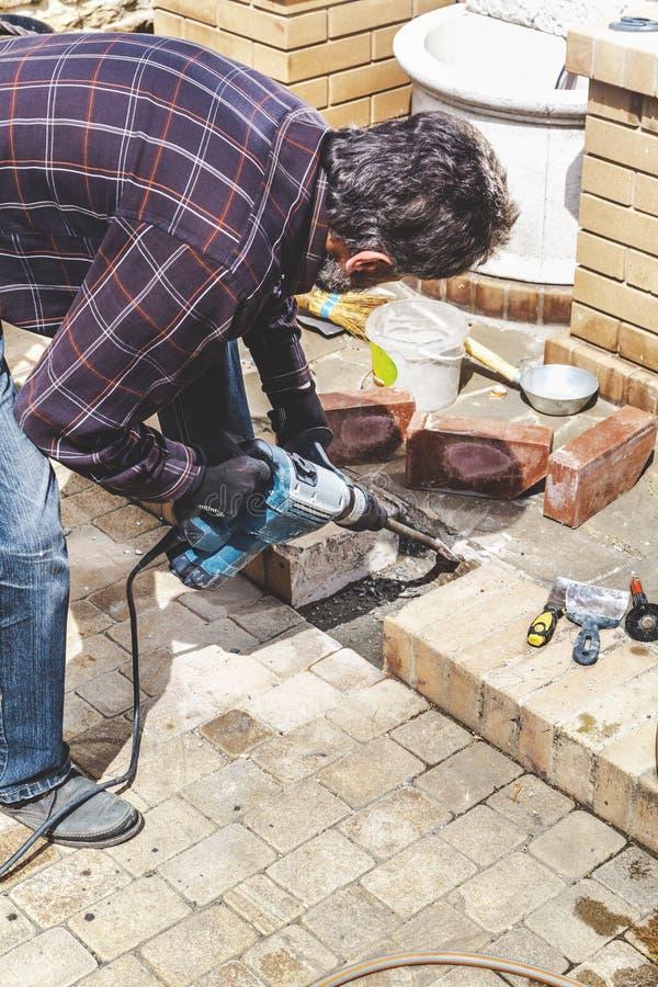 Mężczyzna pracuje w jarda puncher zdjęcia stock