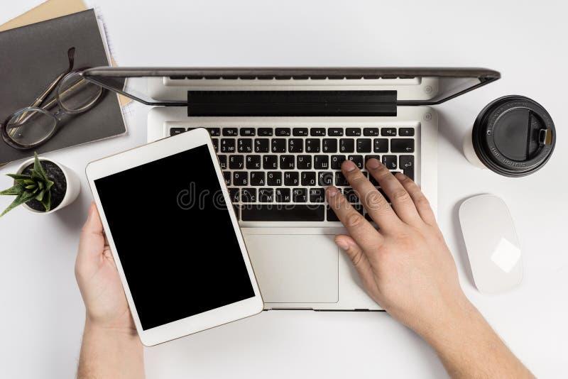 Mężczyzna pracuje w nowożytnym biurze Odgórny widok fotografia royalty free