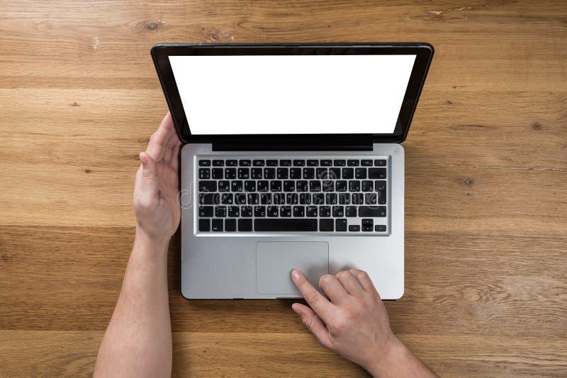 Mężczyzna pracuje w nowożytnym biurze z laptopem Odgórny widok zdjęcia stock