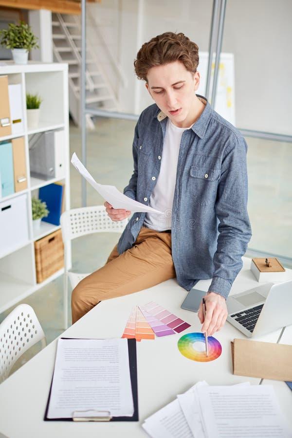 Mężczyzna pracuje z kolor próbką fotografia stock