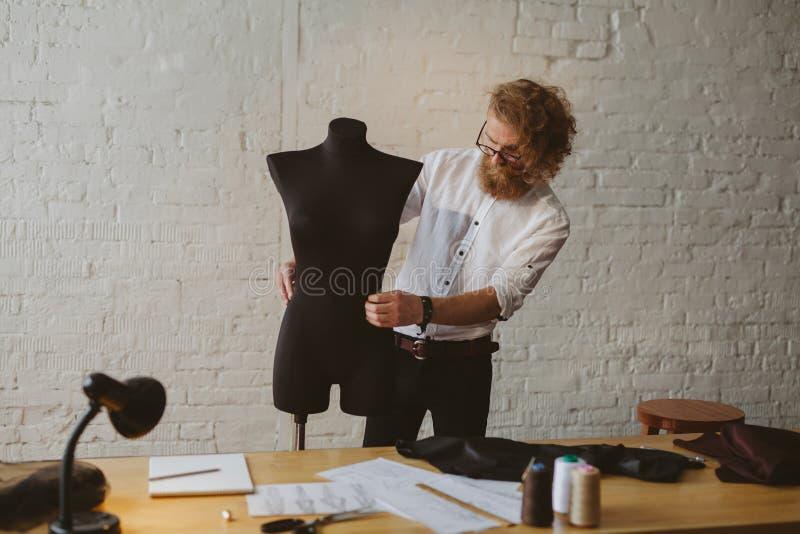 Mężczyzna pracuje z mannequin w atelier zdjęcie royalty free