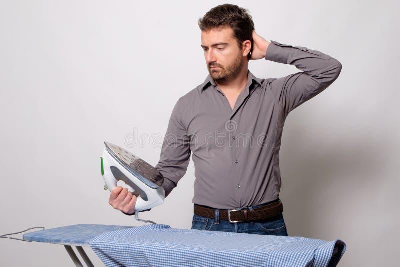 Mężczyzna prasowania ręk zamknięty up zdjęcia royalty free