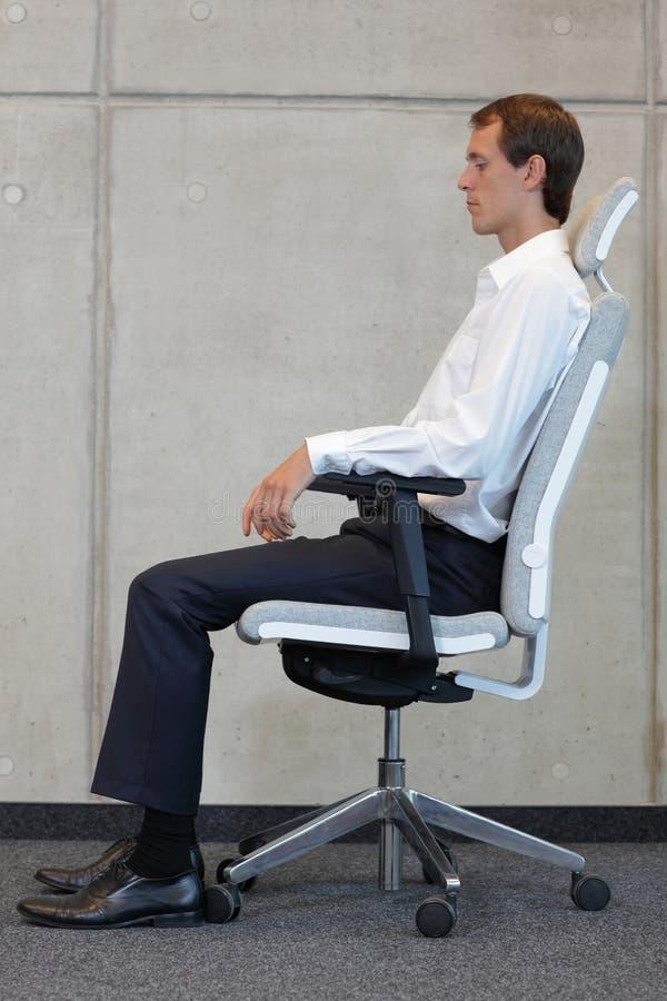 Mężczyzna probierczy biurowy krzesło obraz royalty free