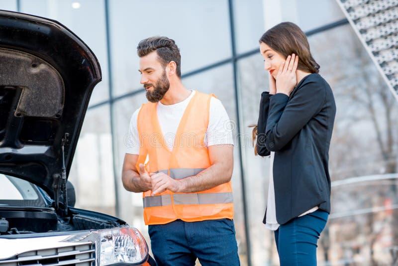 Mężczyzna providing samochodową pomoc techniczną obraz royalty free