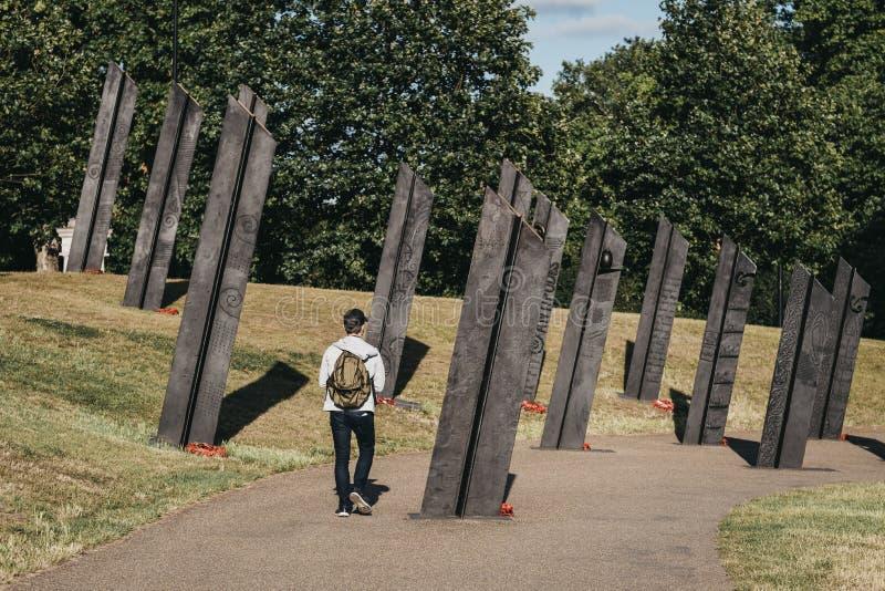Mężczyzna przechodzący obok Nowozelandzkiego Pomnika Wojennego w Londynie, Wlk. Brytania obraz royalty free