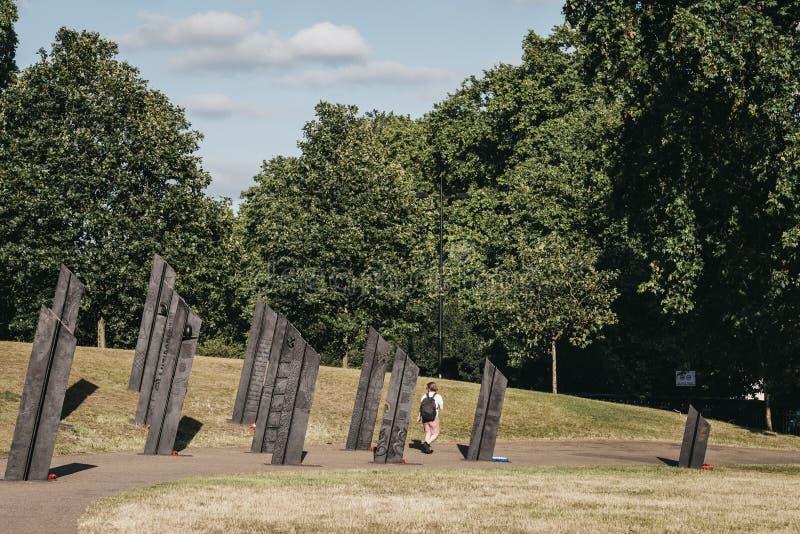 Mężczyzna przechodzący obok Nowozelandzkiego Pomnika Wojennego w Londynie, Wlk. Brytania fotografia royalty free