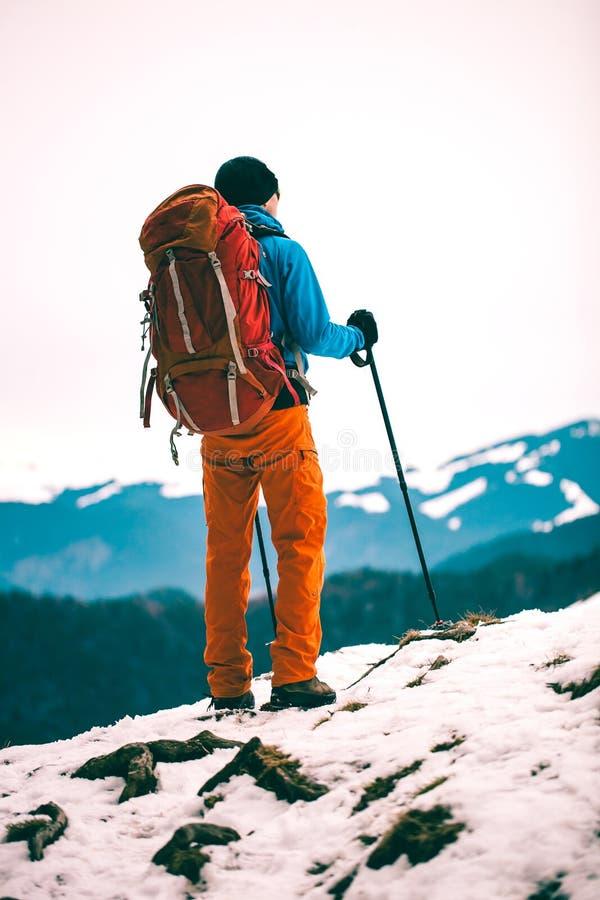 Mężczyzna przeciw tłu zim góry zdjęcia stock