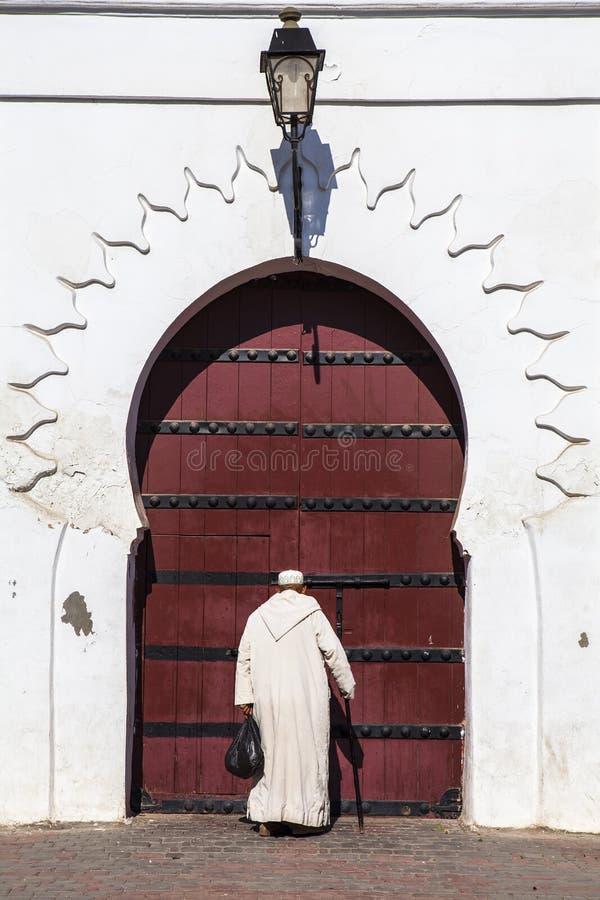 Mężczyzna przed meczetem w Marrakech, Maroko zdjęcie stock