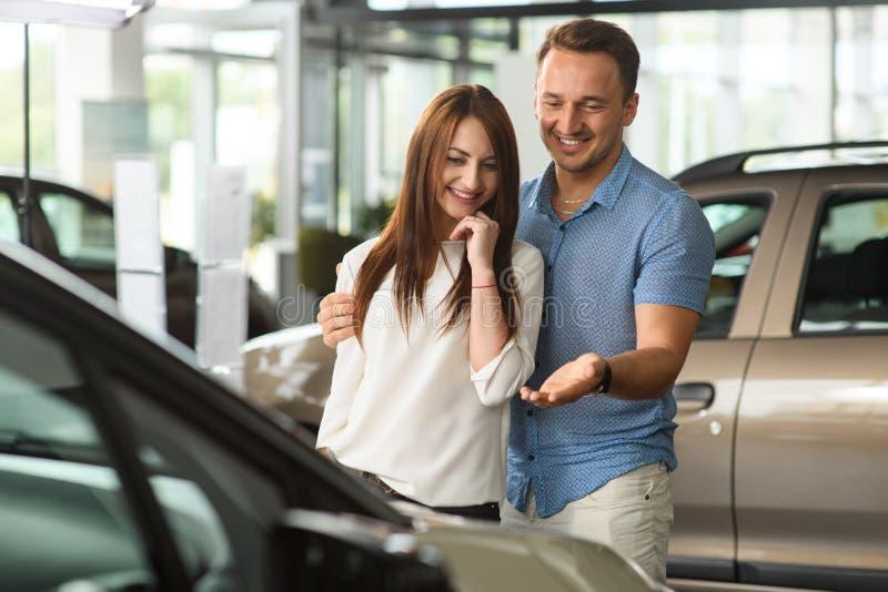 Mężczyzna przedstawień nowy samochód dla jego dziewczyny zdjęcie stock