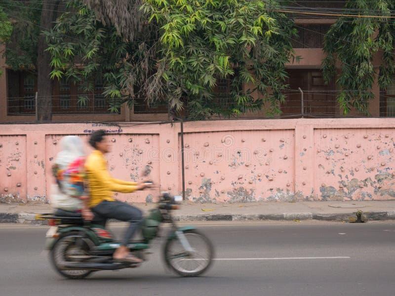 Mężczyzna przejażdżka jego rower z kobietą za on zdjęcia royalty free