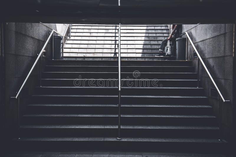 Mężczyzna przerwa przy schodkiem brać niektóre spoczynkowych obrazy royalty free
