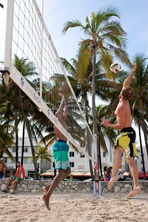 Mężczyzna Przeskakuje Gwoździć piłkę W Miami Plażowej siatkówki grą obraz royalty free