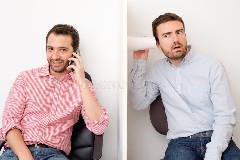 Mężczyzna przeszpiegi inny i słuchanie obsługujemy zdjęcie royalty free