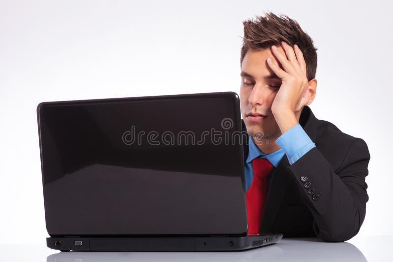 Mężczyzna przy biurkiem spadał uśpiony obraz stock