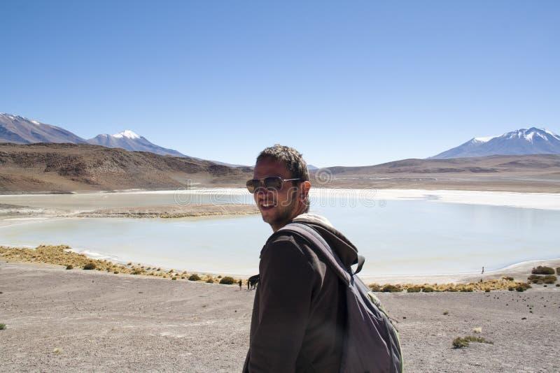 Mężczyzna przy laguną w średniogórzach obraz stock