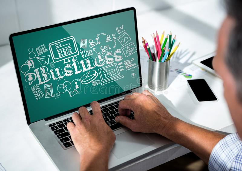 Mężczyzna przy laptopem pokazuje białego biznes doodles przeciw cyraneczki tłu fotografia royalty free