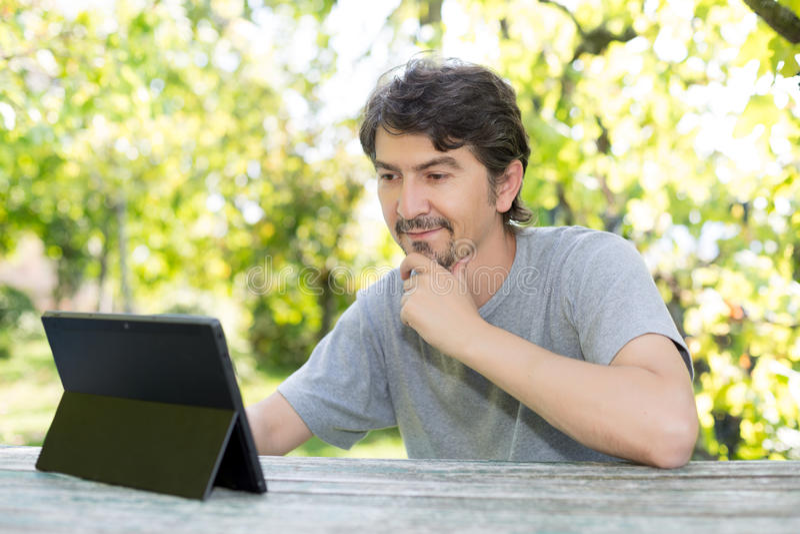 Mężczyzna przy ogródem zdjęcie stock