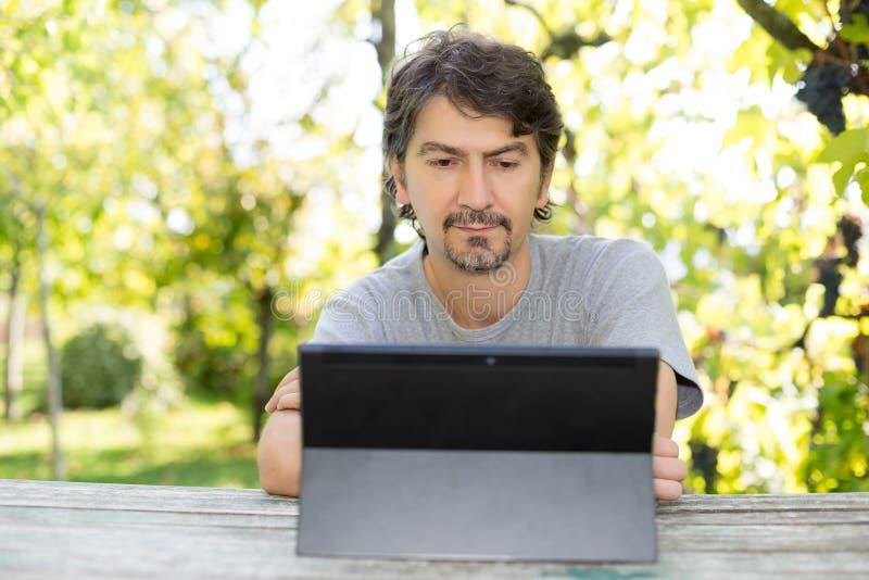 Mężczyzna przy ogródem obrazy royalty free