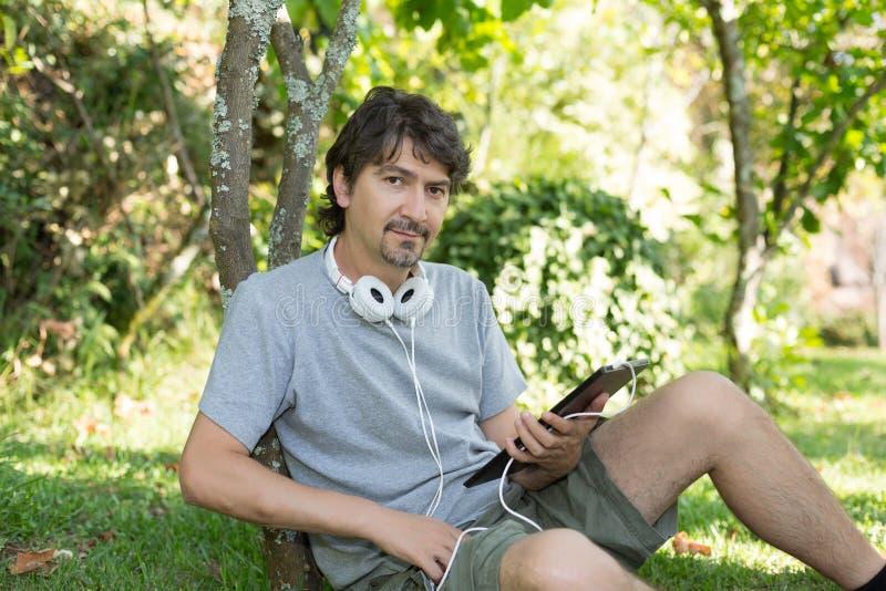 Mężczyzna przy ogródem fotografia royalty free