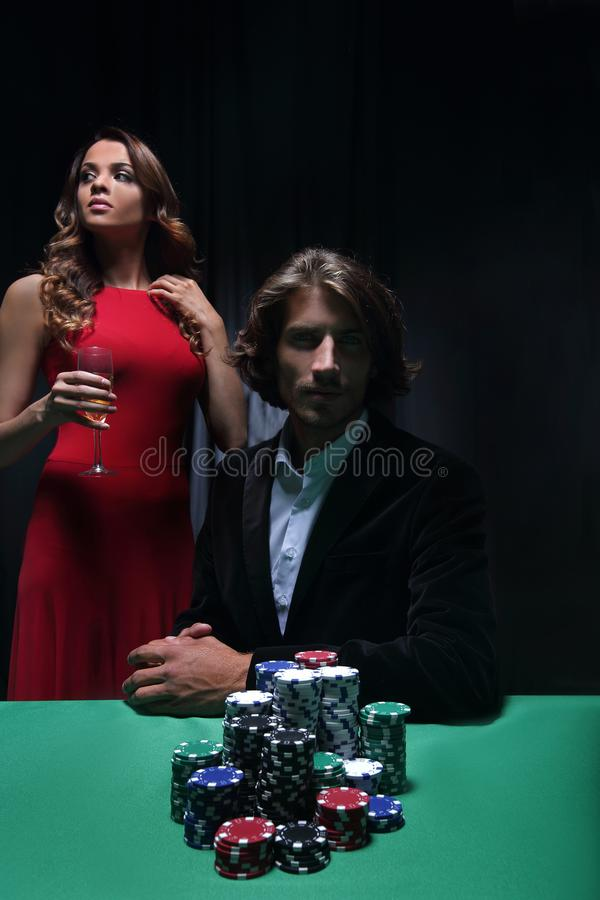 Mężczyzna przy ruleta stołem otaczającym pięknymi kobietami zdjęcia royalty free