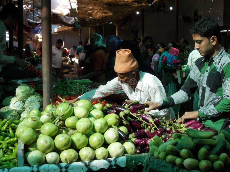 Mężczyzna przy rynkiem w Junagadh, India/ zdjęcia stock