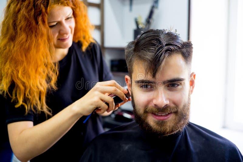 Mężczyzna przy włosianym salonem zdjęcia stock