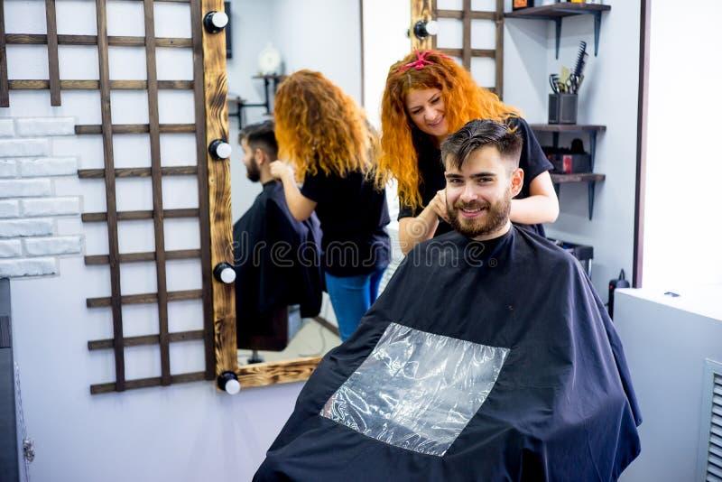 Mężczyzna przy włosianym salonem zdjęcia royalty free
