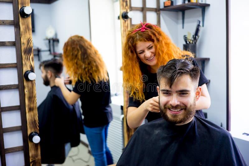 Mężczyzna przy włosianym salonem obraz royalty free