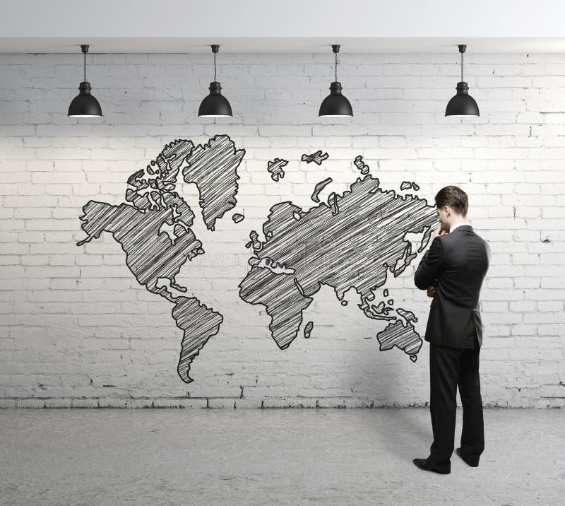 Mężczyzna przyglądająca mapa obraz stock