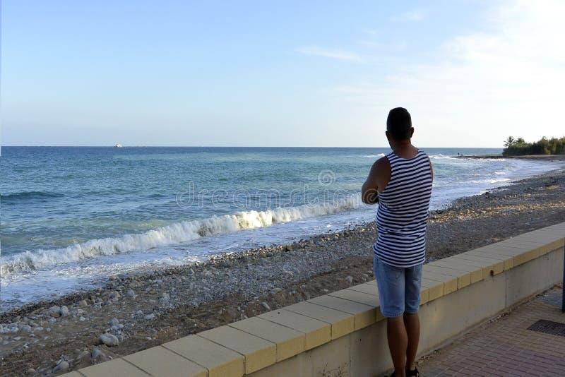 mężczyzna przyglądający morze hiszpański wybrzeże obraz stock