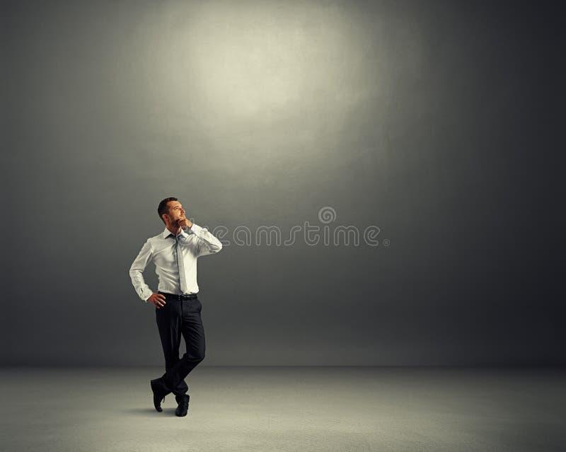 Mężczyzna przyglądający przy zmroku pustym pokojem up zdjęcie royalty free
