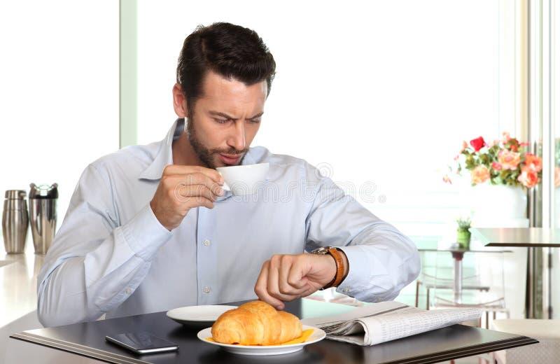 Mężczyzna przyglądający zegarek martwiący się obok póżno zdjęcia royalty free