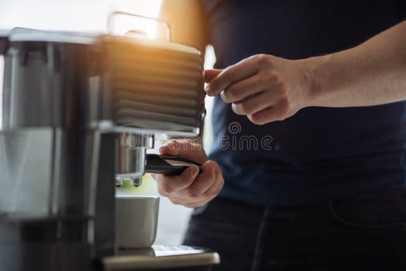 Mężczyzna przygotowywa kawę espresso dla kawowego producenta fotografia royalty free