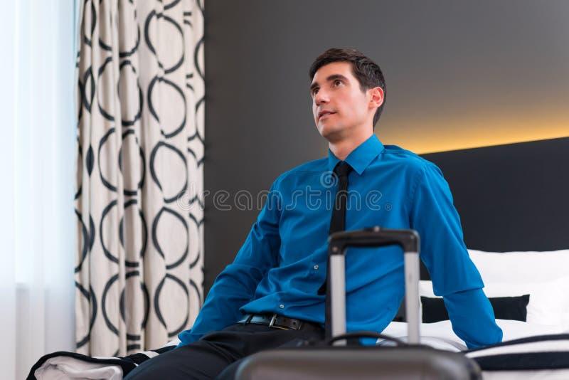 Mężczyzna przyjeżdża w pokoju hotelowym obraz royalty free