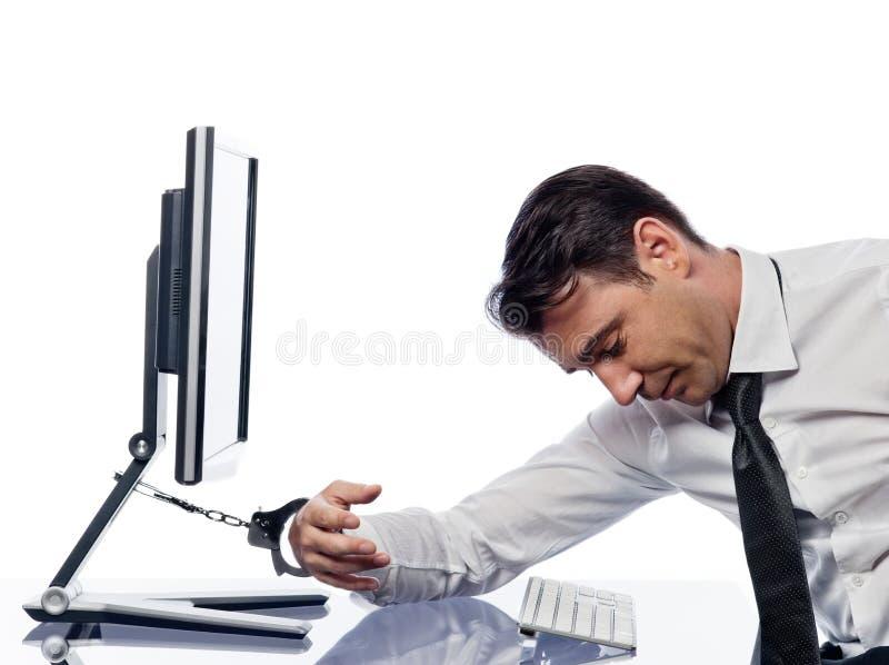 Mężczyzna przykuwający komputer z kajdankami smutnymi zdjęcie royalty free