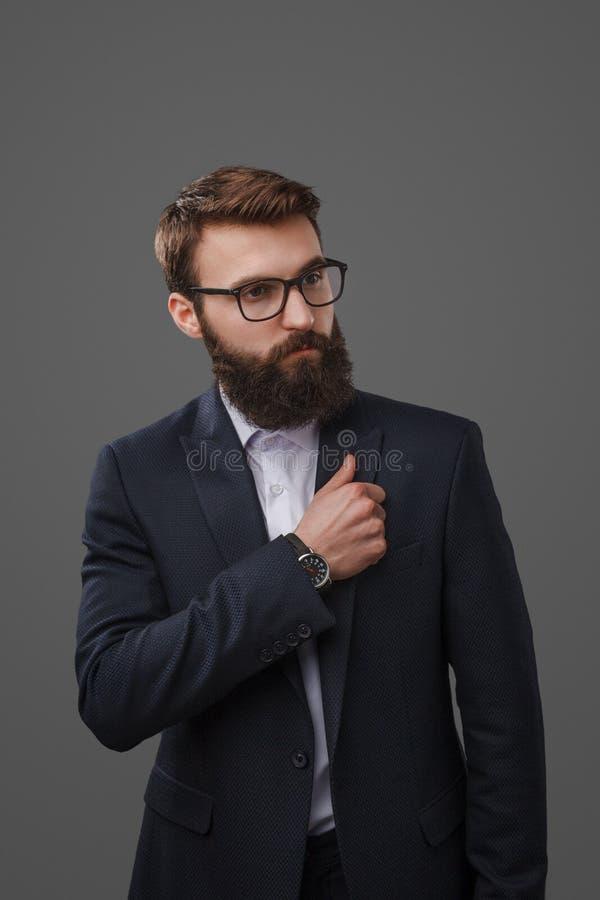 Mężczyzna przystosowywa kurtkę w kostiumu obrazy stock
