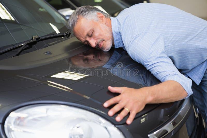 Mężczyzna przytulenie na samochodzie obrazy stock