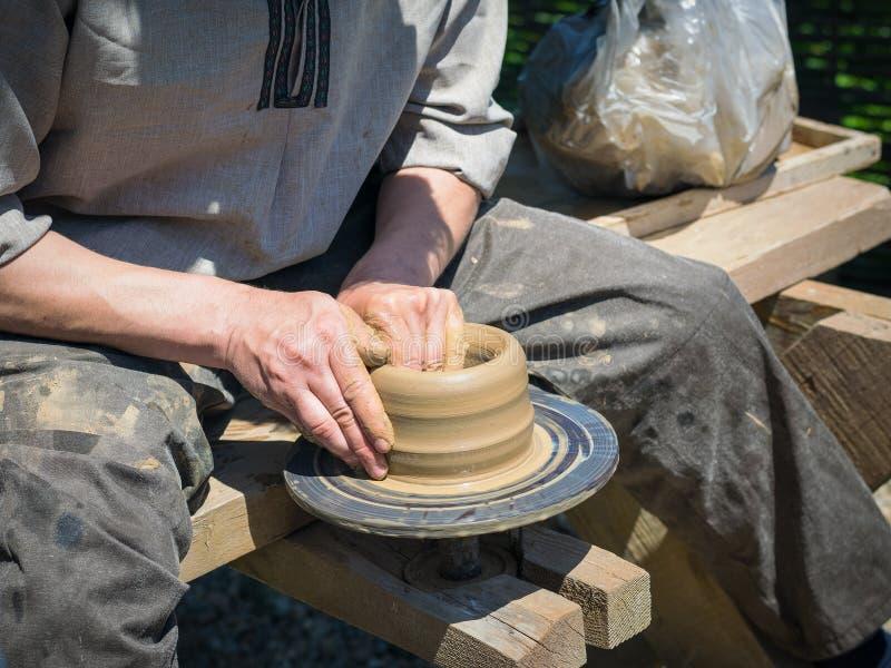 Mężczyzna ręcznie robiony ceramiczny gliniany staromodny sposób zdjęcie royalty free
