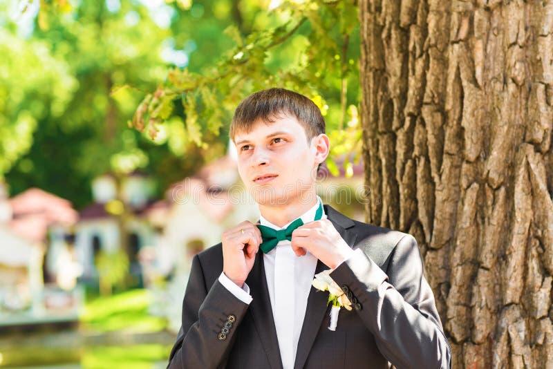 Mężczyzna ręk dotyków krawat na kostiumu zdjęcia stock