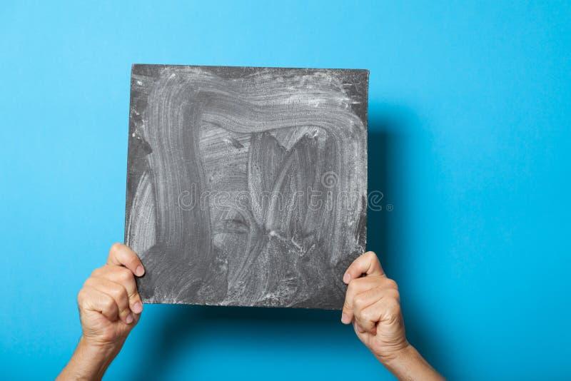 Mężczyzna ręk znaka deska, karciany pusty mockup, czarny chalkboard obrazy royalty free