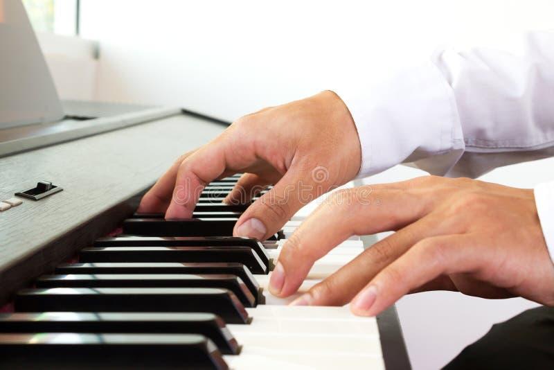 Mężczyzna ręka bawić się pianino obraz stock