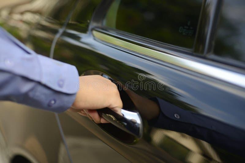 Mężczyzna ręka na rękojeści fotografia stock