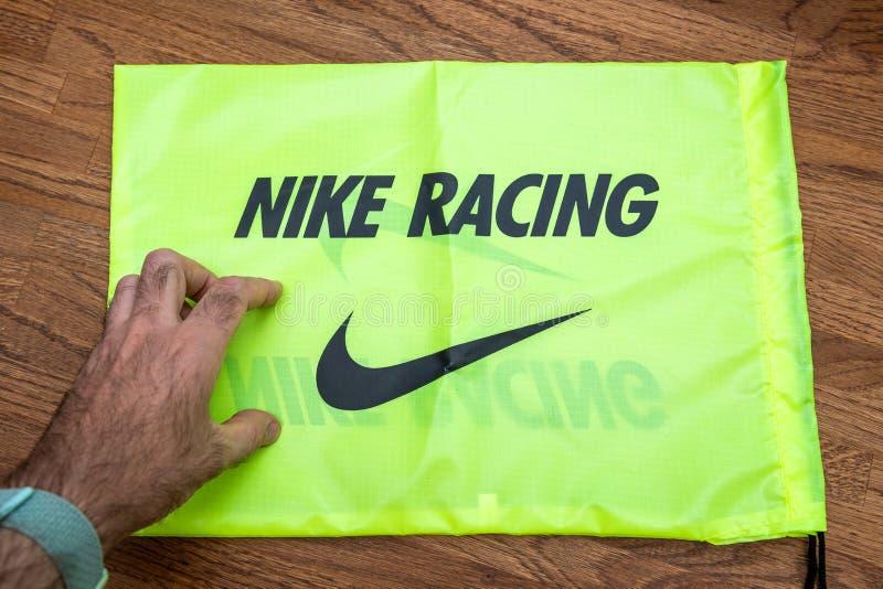 Mężczyzna ręka nad Nike Bieżna kareciana torba obrazy stock